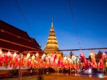 Lâmpada e lanterna coloridas em Loi Krathong Wat Phra That Haripunc fotografia de stock