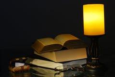 Lâmpada e livros velhos fotos de stock