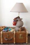 Lâmpada e mala de viagem velha no assoalho imagens de stock