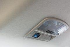 A lâmpada e o interruptor do teto do carro arejam para o fundo foto de stock