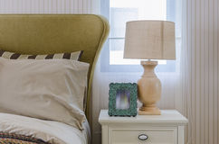 Lâmpada e quadro no lado da tabela Imagem de Stock Royalty Free