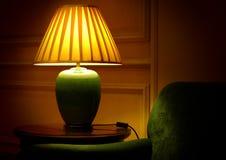 Lâmpada e sofá elegantes de tabela Foto de Stock