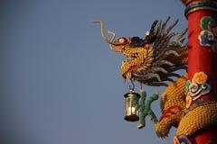 Lâmpada e um Dragon With Blue Sky Background imagens de stock