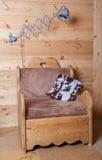 Lâmpada elétrica velha e cadeira de madeira, Suíça Foto de Stock Royalty Free