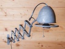 Lâmpada elétrica velha, harmônica, em uma parede de madeira, Suíça Foto de Stock Royalty Free