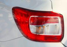 A lâmpada esquerda traseira no carro Renault Logan ilustração do vetor