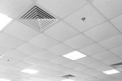 Lâmpada fluorescente no teto moderno Fotos de Stock Royalty Free