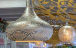 Lâmpada folheado a ouro metálica no estilo oriental com um fulgor macio fotografia de stock
