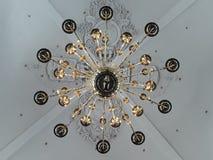 Lâmpada gigante bonita em uma igreja imagens de stock royalty free