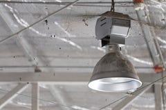 Lâmpada industrial suja, iluminação alta da baía fotos de stock royalty free