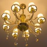 Lâmpada luxuosa do ouro amarelo no teto Imagem de Stock