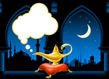 Lâmpada mágica e skyline árabe da cidade Fotografia de Stock Royalty Free