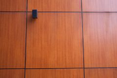 Lâmpada na parede de madeira Imagem de Stock