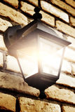 Lâmpada na parede de tijolo Imagens de Stock