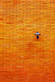 Lâmpada na parede de tijolo alaranjada Foto de Stock
