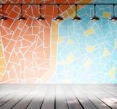 Lâmpada na sala vazia com o assoalho colorido da parede da telha de mosaico e da prancha da madeira Foto de Stock