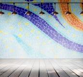 Lâmpada na sala vazia com o assoalho colorido da parede da telha de mosaico e da prancha da madeira Imagens de Stock