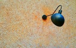 Lâmpada oxidada do desenhista em parede textured fotos de stock royalty free