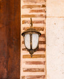 Lâmpada que pendura em uma parede de tijolo Fotos de Stock Royalty Free