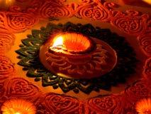 Lâmpada tradicional do diya leve no rangoli colorido fotos de stock