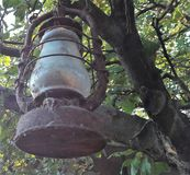 Lâmpada velha clássica Lâmpada de querosene empoeirada do vintage com vidro sujo e oxidação imagem de stock