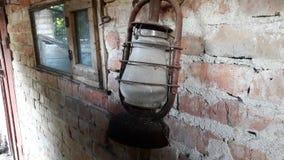Lâmpada velha clássica Lâmpada de querosene empoeirada do vintage com vidro sujo e oxidação fotografia de stock