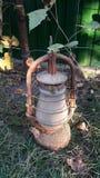 Lâmpada velha clássica Lâmpada de querosene empoeirada do vintage com vidro sujo e oxidação imagem de stock royalty free
