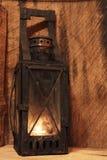 Lâmpada velha com vela iluminada Fotografia de Stock Royalty Free