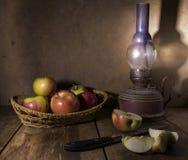 Lâmpada velha das maçãs imagem de stock royalty free