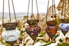 Lâmpadas árabes coloridas de suspensão iluminadas fotografia de stock royalty free