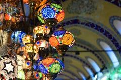Lâmpadas bonitas das lâmpadas com testes padrões de mosaico em Istambul Turquia foto de stock royalty free