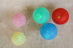 Lâmpadas da bola do fio do fulgor para a decoração no Natal Imagem de Stock