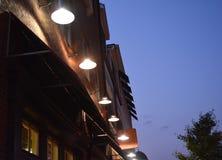 Lâmpadas da construção no céu noturno Foto de Stock Royalty Free