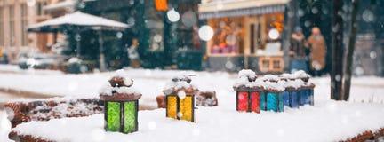 lâmpadas da cor na tabela do café no inverno Imagem de Stock Royalty Free
