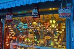 Lâmpadas da loja em Istambul na noite fotografia de stock royalty free