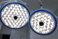 lâmpadas da sala de operação fotos de stock