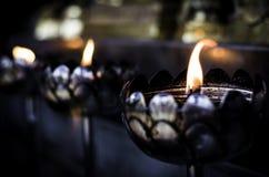 Lâmpadas de óleo que queimam-se no templo Fotografia de Stock