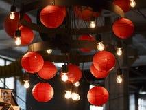 Lâmpadas de bolas chinesas elétricas vermelhas fotos de stock
