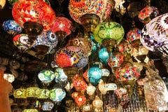 Lâmpadas de cristal para a venda no bazar grande em Istambul imagem de stock