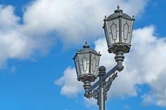 Lâmpadas de rua antiga contra o céu azul Fotos de Stock Royalty Free