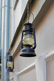 Lâmpadas de rua bonitas que penduram na fachada da construção Fotografia de Stock Royalty Free