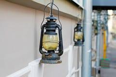 Lâmpadas de rua bonitas que penduram na fachada da construção Fotos de Stock