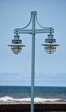 Lâmpadas de rua contra a paisagem do oceano Foto de Stock Royalty Free
