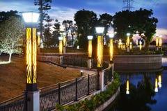 Lâmpadas de rua na beira do lago Imagens de Stock