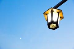 Lâmpadas de rua no céu Fotos de Stock Royalty Free