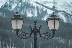Lâmpadas de rua no fundo das montanhas imagem de stock royalty free