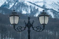 Lâmpadas de rua no fundo das montanhas imagens de stock royalty free
