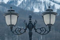 Lâmpadas de rua no fundo das montanhas imagens de stock