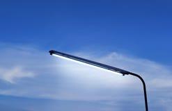 Lâmpadas de rua que nivelam no céu azul vibrante Foto de Stock Royalty Free