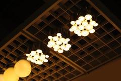 Lâmpadas do desenhista na parede com luz suave foto de stock royalty free
